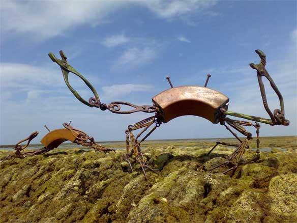 Escultura cangrejos, madera de ukola e hierros