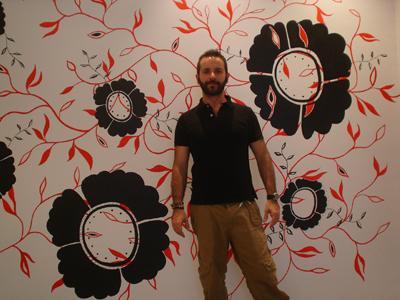 foto del Artista y mural para tienda de moda en León