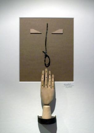 La mano que preconiza la siesta, Collage con materiales reciclados.