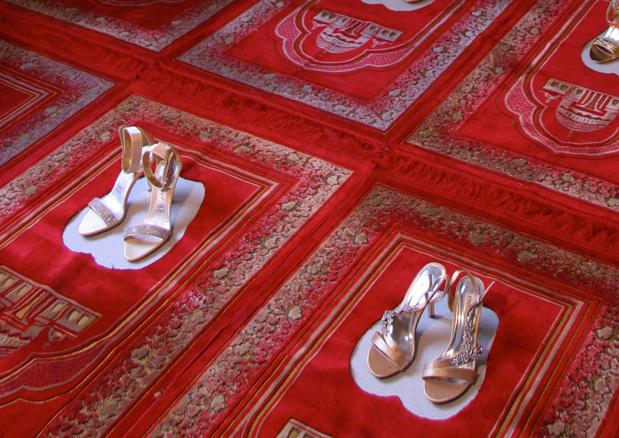 Silence rouge, Alfombra de rezo y stilettos, dimensiones variables, 2011
