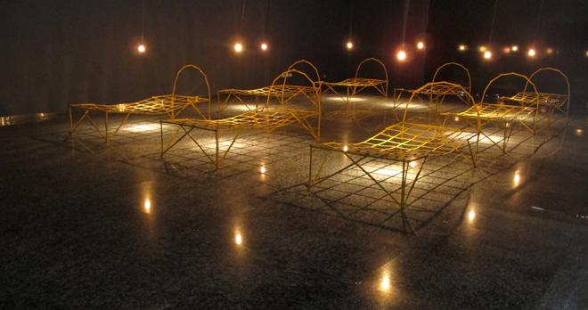 Dulce compañía  Reglas de madera y luces en movimiento  2011