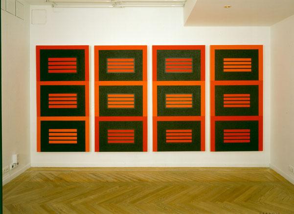 Serie 04 - E, 2004. Vista de instalación, Galería Javier López