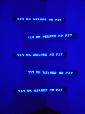 Blue Corner Five, 2003. 5 señales electrónicas LED en caja de aluminio bañado