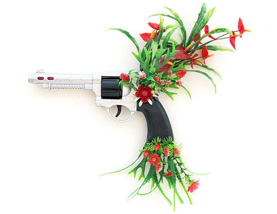 Bang Bang, My Baby Shot Me Down n.1 | revólver e flores de plástico | 2013