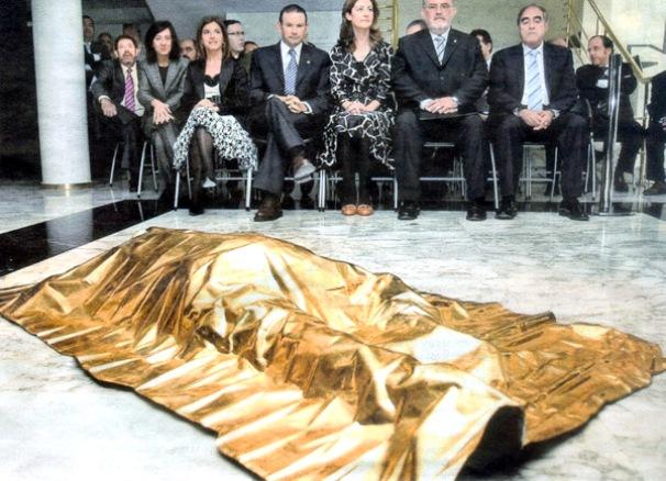 Victima. Escultura de oro instalada en el Parlamento Vasco