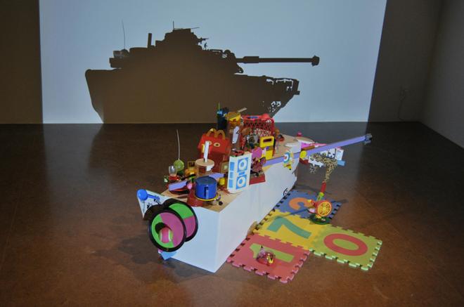 Juguetes, 2010. Peana, recuerdos y juguetes. 105 x 40 x 40 cm.