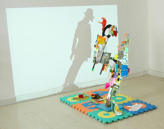 Retrato a MJ, 2011. Objetos biográficos y juguetes. 80 x 80 x 30 cm.