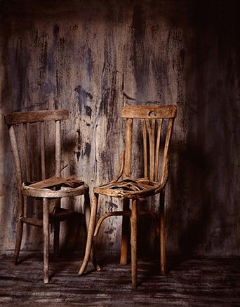 Un par de sillas. Tinta pigmentada y barniz acrílico sobre tela. 100 x 130 cm.