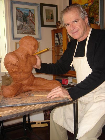 Gavira esculpiendo