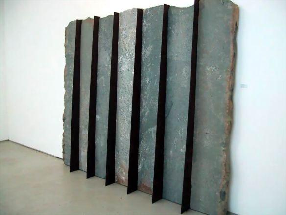 escultura sobre pared, dolomita, acero corten