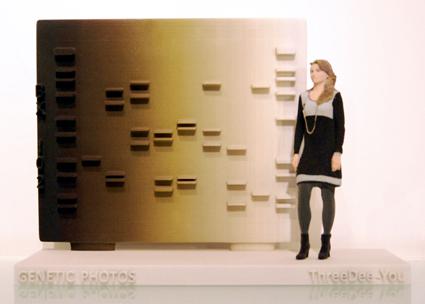 3d-u. Escultura de persona y panel perfil genético