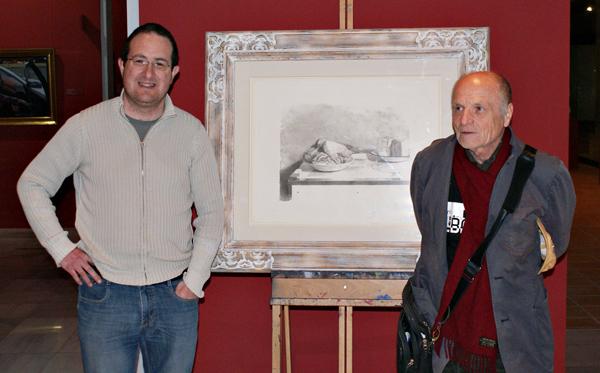 Antonio López y Andrés García Ibáñez ante la litografía Pollo y Queso de López