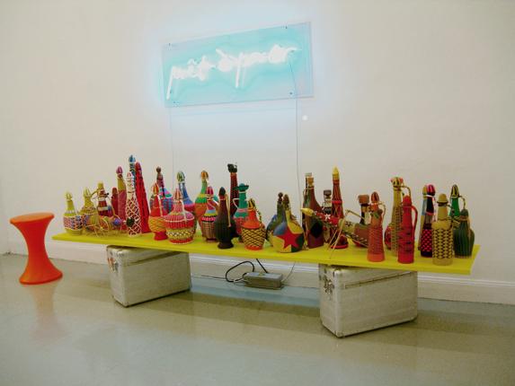 Carlos Pazos: Botellas vestidas:Macciunas pop, 2008
