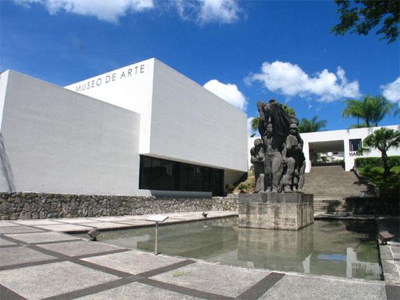 Fachada del Museo de Arte de El Salvador, Plaza de los Artistas.