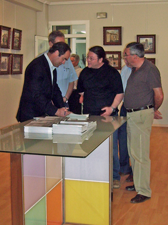 D. José Bono visitando la Galería