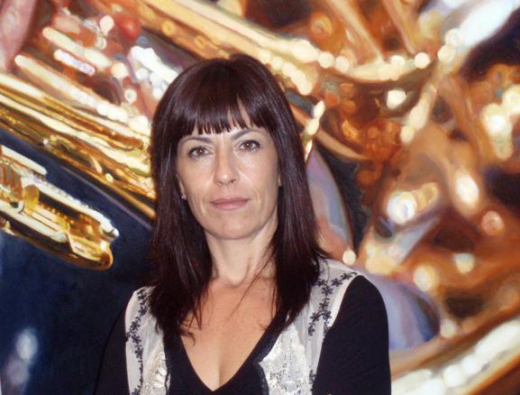 Nina García, junto a una de sus obras