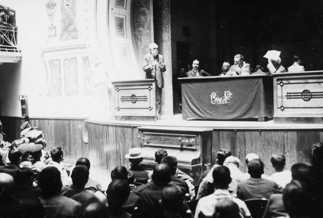 Pablo Iglesias interviniendo en el Salón Teatro de la Casa del Pueblo
