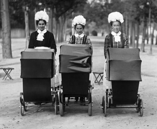Niñeras paseando por el madrileño parque del Retiro, EFE, Madrid, 1923