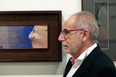Eduardo Arranz-Bravo posando de perfil ante una de sus obras.