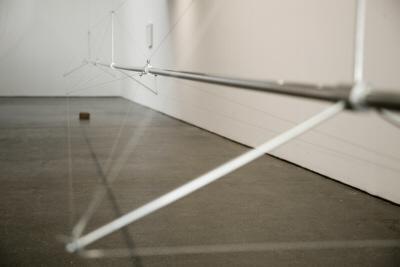 Slidepipe, 2007. Estructura, cable y bolas de acero 56 x 67 x 983 cm.