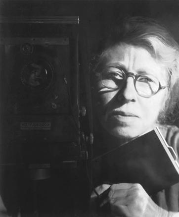 Imogen Cunningham, Autorretrato con Korona View, 1933