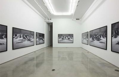 Vista de la exposición Los Penetrados de Santiago Sierra
