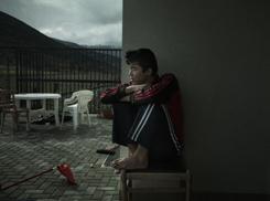 Álvaro Deprit, Ali, un joven afgano, sentado en la terrazza de la Casa Famiglia