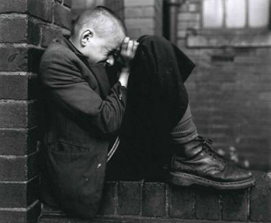 Chris Killip, Youth on Wall, Jarrow, Tyneside. Serie North East, 1976