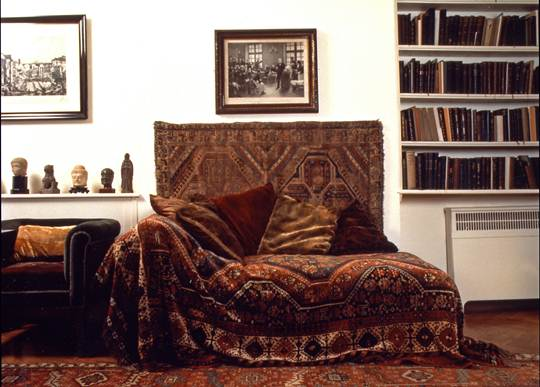 Sigmund Freuds analytic couch. Freud Museum, Londres