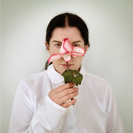 Marina Abramovic, Artist Portrait with A Rose, de la serie Places of Power, 2013
