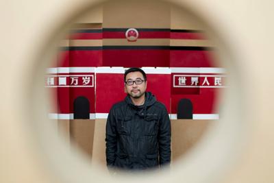 Yang ZhenZhong, en una de sus obras en su estudio de Shanghai - F.Xepo WS | China wannabe