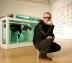 Damien Hirst, posando delante de dos de sus obras