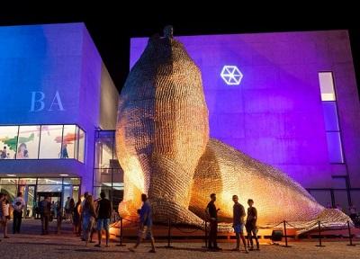 Exterior del nuevo MAR, con obra de Marta Minujín | Nace MAR, el nuevo Museo de Arte Contemporáneo de Mar del Plata