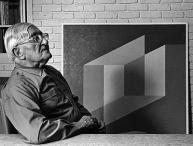 Josef Albers junto a una de sus creaciones. Josef and Anni Albers Foundation