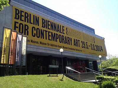 Entrada a la Bienal de Berlin en el Museen Dahlem   La 8ª Bienal de Berlín contará con 13 artistas iberoamericanos