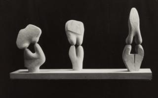 Ángel Ferrant. Tres mujeres, 1948. Piedra blanca, talloa directa, 56,3 x 119 x 19. Colección Museo Nacional Centro de Arte Reina Sofía, Madrid