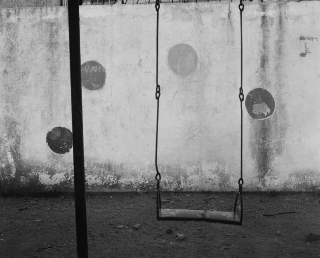 CARLOS GARAICOA, Parque Infantil (I), 2018. Fotografía b/n impresa en papel William Turner, 110x134 cm. Ed. 1/3 (3 + 2AP). Cortesía: la artista y Galería Elba Benítez, Madrid