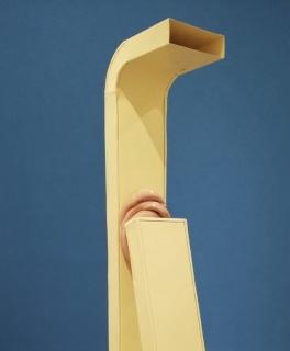 Teresa Solar. Communication Gone Mad. 2019. Painted ventilation pipe, glazed ceramic. 215 x 65 x 27 cm. — Cortesía de Travesía Cuatro