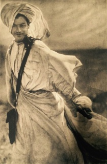 © José Ortíz-Echagüe. Moro al viento, Vintage. 1909 — Cortesía de la Galería Blanca Berlín