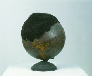 Globo terrestre com peruca, 1992, de Marcos Chaves, Coleção Gilberto Chateaubriand MAM Rio — Cortesía del Museu de Arte Moderna (MAM) do Rio de Janeiro
