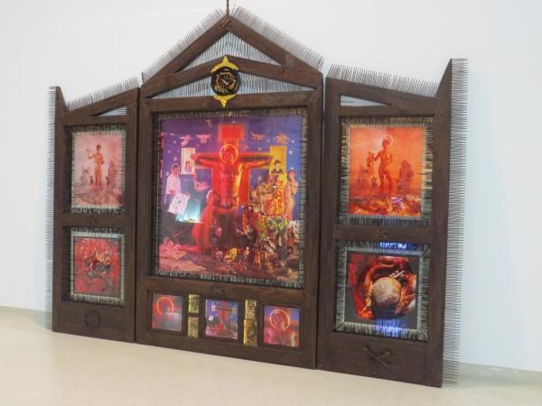 La autocrucifixión de Nelson Garrido. 1992/1993. Tamaño: 275 x 340 cms. Técnica Mixta: fotografía, estructura de hierro y materiales diversos
