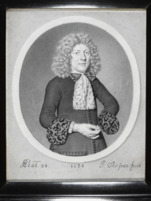 Johann Thopas (1625/7-1685/95). Retrato de un hombre de 24 años, 1684. Lápiz de plomo, con toques de blanco opaco, sobre papel vitela, colocado sobre panel © Victoria and Albert Museum — Cortesía de la Fundación Barrié