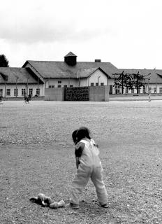 Virginia en Dachau con su Bugs Bunny, 1998