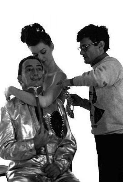 Enrique Meneses. Richard Avedon, Salvador Dali y una modelo, 16 x 24 cm, fotografía analógica, impresión sobre papel baritado, copia firmada
