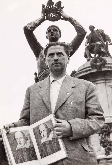 Gregorio Prieto, ante el monumento en homenaje a Shakespeare —The Gower Memorial—, Stratford-upon-Avon. ca. 1950-1952. A?lbum fotogra?fico del artista — Cortesía del Museo de la Fundación Gregorio Prieto