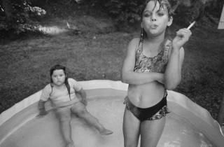 © Mary Ellen Mark. Amanda y su prima Amy,  Valdese, Carolina del Norte, EE. UU., 1990 — Cortesía de la Fundació Foto Colectania