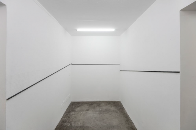 Volátil # 13 (imagen referencial) Corte en pared, barras de hierro y clavos de acero. Imagen cortesía Galería Vermelho