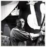 """Dora Maar, """"Picasso sur un escabeau peignant """"Guernica"""" dans  l'atelier des Grands-Augustins"""", mayo-junio 1937 — Cortesía del Museo Les Abattoirs de Toulouse"""