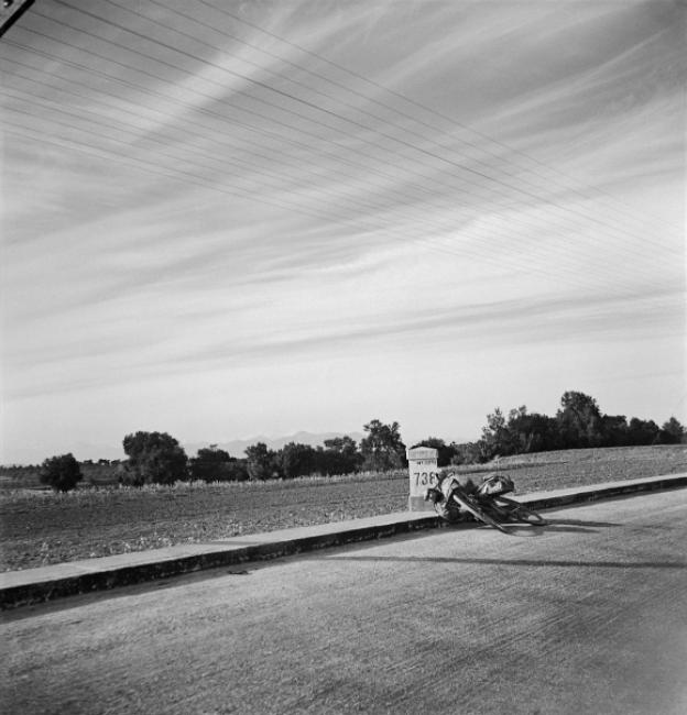 Pierre Verger. Carreteras. 1935. © Fundação Pierre Verger — Cortesía del Museu Valencià de la Il·lustració i de la Modernitat (MuVIM)