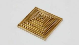 Mathias Goeritz. Pirámide de doce cajas apiladas, 1961. Madera y pan de oro. Colección Museo Nacional Centro de Arte Reina Sofía.